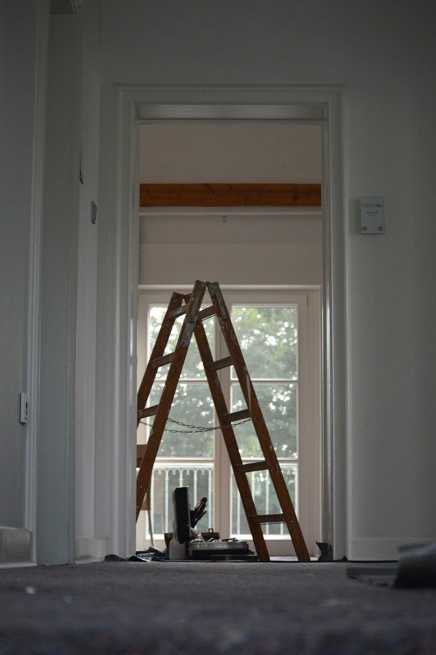 Prace remontowe wokół domu