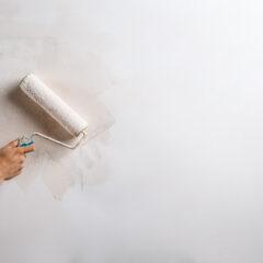 Malowanie starych, uszkodzonych ścian: jak ją przemalować bez większego nakładu pracy?