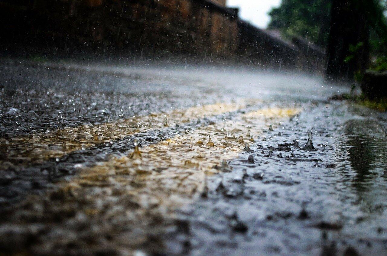 Zbieranie wody deszczowej – po co gromadzić deszczówkę i instalować systemy zbierania wody deszczowej.