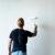 Jak przemalować ściany z ciemnego koloru na jasny odcień?