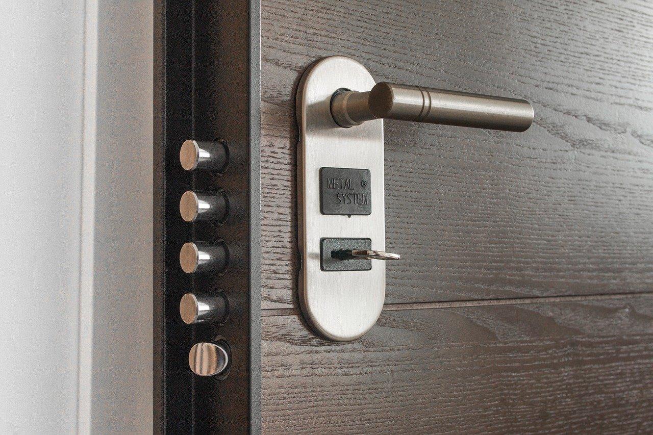 Dlaczego powinieneś pomyśleć o inteligentnych drzwiach?
